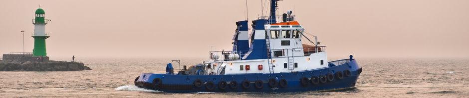Schlepper in Hafeneinfahrt